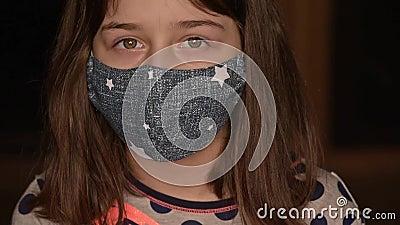 Μικρό κορίτσι με προστατευτική ιατρική μάσκα Παραμονή στο σπίτι Coronavirus ή COVID-19 Χαριτωμένο κορίτσι με προστατευτική μάσκα  απόθεμα βίντεο