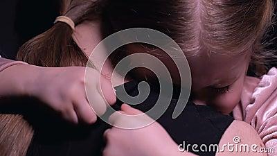 Μικρό κορίτσι που αγκαλιάζει mom, φοβισμένος μετά από τον εφιάλτη, την οικογενειακή υποστήριξη, την αγάπη και την προσοχή φιλμ μικρού μήκους