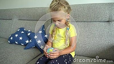 Μικρό κορίτσι που κοιτάζει το παγκόσμιο μοντέλο στο χέρι και ψάχνει χώρα Κίνηση Gimbal απόθεμα βίντεο