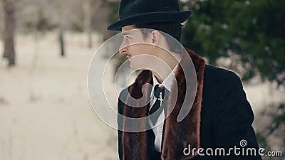 Μοντέρνο άτομο στο καπέλο φιλμ μικρού μήκους