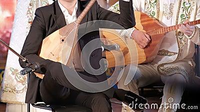 Μουσική του Καζακστάν Οι άνδρες μουσικοί παίζουν το ντόμπρα Εθνικά μουσικά όργανα και ενδύματα του Καζακστάν Συναυλία απόθεμα βίντεο