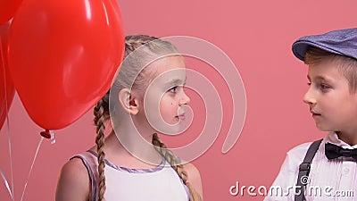 Μπαλόνια εκμετάλλευσης αγοριών και κοριτσιών και θαυμασμός του ενός τον άλλον, αγάπη από την πρώτη θέα φιλμ μικρού μήκους