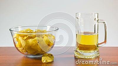 Μπύρα ξανθού γερμανικού ζύού και τσιπ πατατών φιλμ μικρού μήκους
