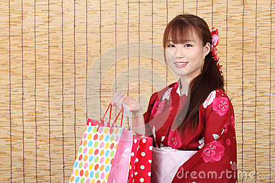 Νέα ασιατική γυναίκα στο κιμονό