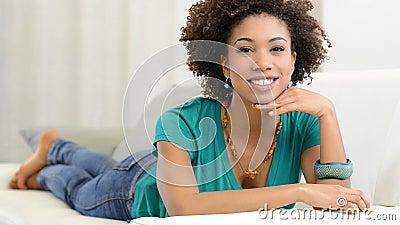 Νέα γυναίκα που βρίσκεται στον καναπέ φιλμ μικρού μήκους