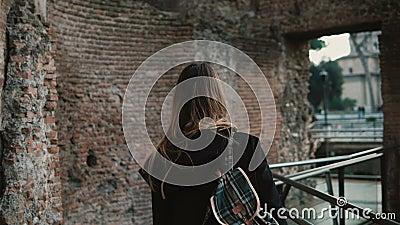 Νέα γυναίκα που περνά από το ρωμαϊκό φόρουμ στη Ρώμη, Ιταλία Το κορίτσι συλλαμβάνει την ομορφιά των παλαιών τοίχων και απολαμβάνε φιλμ μικρού μήκους