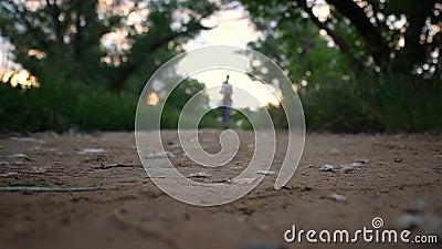 Νέα γυναίκα που τρέχει υπαίθρια σε ένα καλό ηλιόλουστο θερινό βράδυ φιλμ μικρού μήκους
