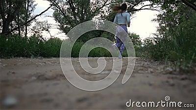 Νέα γυναίκα που τρέχει υπαίθρια σε ένα καλό ηλιόλουστο θερινό βράδυ απόθεμα βίντεο