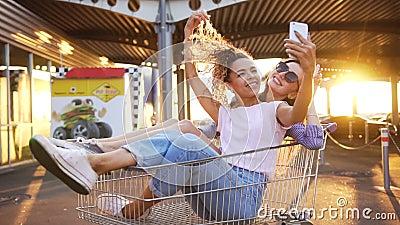 Νέα κορίτσια στα κάρρα αγορών που δίνουν υψηλά πέντε απόθεμα βίντεο