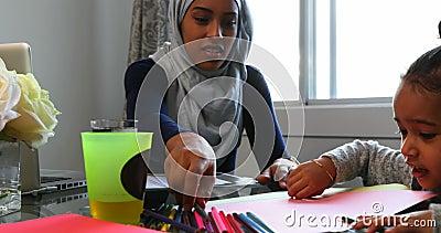 Νέα μητέρα που βοηθά την κόρη της με την εργασία στον πίνακα στο σπίτι 4k φιλμ μικρού μήκους
