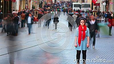 Νέα τοποθέτηση γυναικών, δρόμος με έντονη κίνηση, άνθρωποι που περπατά γύρω, HD απόθεμα βίντεο