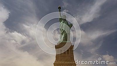 Νέα Υόρκη: Άγαλμα της ελευθερίας, με τα σύννεφα και τα αποτελέσματα, hd εξαιρετικά 4k απόθεμα βίντεο