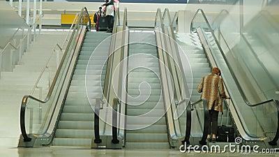 Νέα Υόρκη, ΗΠΑ - OKTOBER 12, 2016: Οι επιβάτες χρησιμοποιούν την κυλιόμενη σκάλα στον αερολιμένα JFK στην πόλη της Νέας Υόρκης