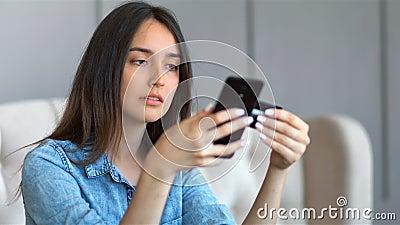 Νέα όμορφη αγορά γυναικών on-line με τη συνεδρίαση πιστωτικών καρτών και smartphone σε έναν καναπέ στο καθιστικό στο σπίτι απόθεμα βίντεο