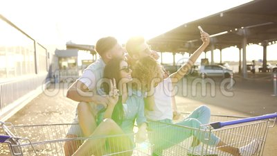 Νέοι που έχουν τη διασκέδαση στα κάρρα απόθεμα βίντεο