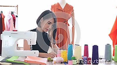 Νέος σχεδιαστής μόδας σχεδιάζοντας και μετρώντας την κλίμακα της νέας συλλογής στο σύγχρονο στούντιο απόθεμα βίντεο