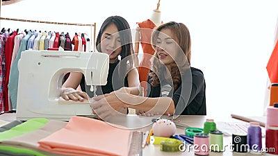 Νέος σχεδιαστής μόδας φοιτητής που ράβει ρούχα με σύμβουλο δασκάλου απόθεμα βίντεο