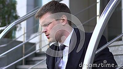 Νέος υπάλληλος γραφείου που κάθεται σε σκάλες, απογοητευμένος από την αποτυχημένη συνέντευξη απόθεμα βίντεο