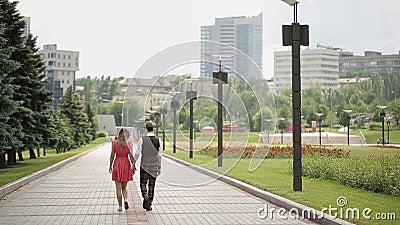 Νέο ζεύγος που περπατά μακριά απόθεμα βίντεο