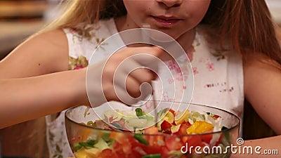 Νέο κορίτσι που τρώει τη μικτή σαλάτα λαχανικών - που απολαμβάνει κάθε δάγκωμα απόθεμα βίντεο