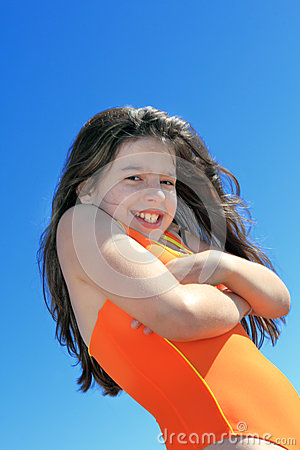 Νέο κορίτσι στο κολυμπώντας κοστούμι