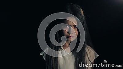 Νέο όμορφο να φωνάξει κοριτσιών Λυπημένος φοβησμένος Άσπρο φόρεμα Κινηματογράφηση σε πρώτο πλάνο σκοτεινό τρίχωμα μακρύ σκοτεινό  φιλμ μικρού μήκους