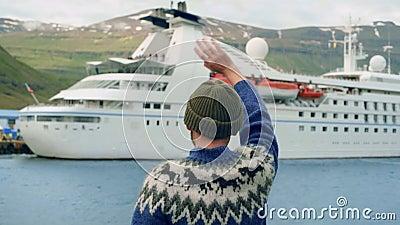 Ναυτικός ή ψαράς κάνει κρουαζιερόπλοιο στο φιόρδ απόθεμα βίντεο