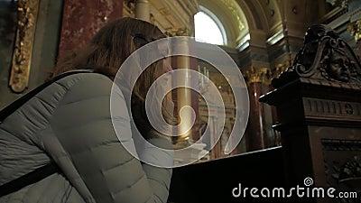 Νεαρή Γυναίκα Προσεύχεται Στην Εκκλησία απόθεμα βίντεο
