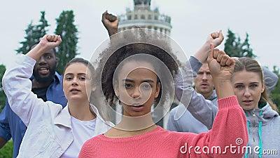 Νεαροί ακτιβιστές σηκώνουν τα χέρια φωνάζοντας για τα ανθρώπινα δικαιώματα, καλούν για δημοκρατία φιλμ μικρού μήκους