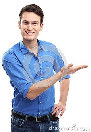 Νεαρός άνδρας που παρουσιάζει κάτι