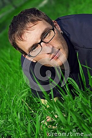 Νεαρός άνδρας στα γυαλιά