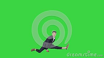 Νεαρός ελκυστικός χορευτής με το αυστηρό επαγγελματικό κουστούμι χορεύοντας κάνοντας ένα χωρισμό στην Πράσινη Οθόνη, Chroma Key απόθεμα βίντεο