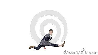 Νεαρός ελκυστικός χορευτής με το αυστηρό επαγγελματικό κουστούμι χορεύοντας κάνοντας ένα διαχωρισμό σε λευκό φόντο φιλμ μικρού μήκους