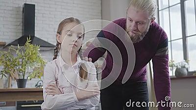 Νεαρός Καυκάσιος μιλάει με θλιμμένη κόρη στο σπίτι Αναστατωμένη έφηβη που μοιράζεται προβλήματα με τον πατέρα Εμπιστοσύνη, αξιοπι απόθεμα βίντεο