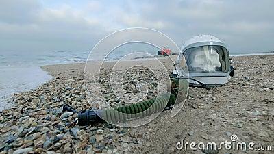Νεκρός αστροναύτης στον πλανήτη Το κρανίο από το κεφάλι στο κράνος βρίσκεται στην άμμο θαλασσίως Ενοχλημένος τυχαία φιλμ μικρού μήκους