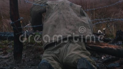 Νεκρός στρατιώτης ξαπλωμένος στο σιδερένιο σύρμα - καμένο δάσος το βράδυ φιλμ μικρού μήκους