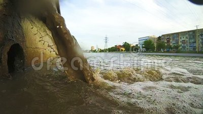 Νερό αποβλήτων στο κανάλι πόλεων Βιομηχανικός σωλήνας που απαλλάσσει τα υγρά απόβλητα φιλμ μικρού μήκους