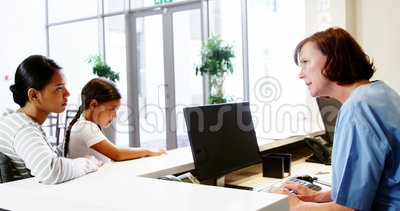 Νοσοκόμα που μιλά με έναν ασθενή στο μετρητή απόθεμα βίντεο