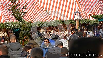 Νυρεμβέργη, Γερμανία - 1 Δεκεμβρίου 2018: Ένα πλήθος των ανθρώπων που περπατούν μεταξύ των στάβλων στην αγορά Χριστουγέννων Νυρεμ απόθεμα βίντεο