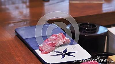 Νωπά ψάρια σε πιάτο απόθεμα βίντεο