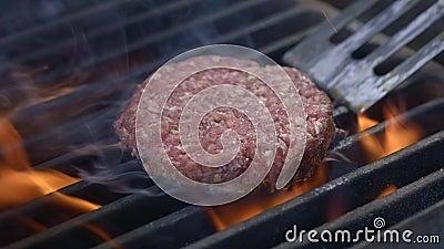 Νόστιμο εύγευστο burger patty που κτυπήθηκε σε καυτό τα παν γενικά έξοδα σχαρών Ένας μάγειρας προετοιμάζει burger cutlet Κρέας σχ απόθεμα βίντεο
