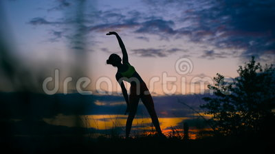 Ξένοιαστη γυναίκα που χορεύει στο ηλιοβασίλεμα υγιής έννοια διαβίωσης ζωτικότητας διακοπών φιλμ μικρού μήκους