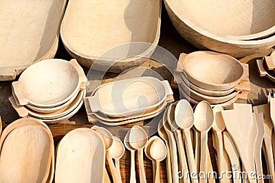 Παραδοσιακά χαρασμένα ξύλινα πιάτα σε