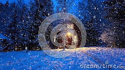 Ξύλινο σπίτι στη χιονοστιβάδα του χειμερινού δάσους απόθεμα βίντεο