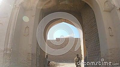 Οδήγηση μέσω maingate του οχυρού Derawar σε Bahawalpur Πακιστάν φιλμ μικρού μήκους
