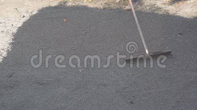 Οδική οδός που επισκευάζει τις εργασίες Εργαζόμενος κατά τη διάρκεια του ασφαλτώνοντας δρόμου απόθεμα βίντεο
