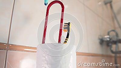 Οδοντόβουρτσες πέφτουν στο στήριγμα της οδοντόβουρτσας στο μπάνιο Κλείσιμο απόθεμα βίντεο