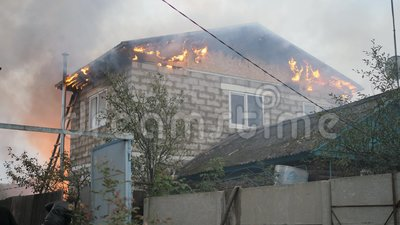 Οδός Efremovskay, Mtsensk, Ρωσία, 2017 05 10 Εκδοτικός - καταστροφή Μια εργασία πυροσβεστών για μια πυρκαγιά Πυρκαγιά σε έναν ιδι φιλμ μικρού μήκους