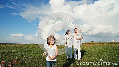 Οικογένεια που στηρίζεται στη φύση φιλμ μικρού μήκους