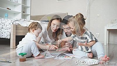Οικογένεια προετοιμάζεται για διαγωνισμό τέχνης, ζωγραφίζει μια εικόνα φιλμ μικρού μήκους